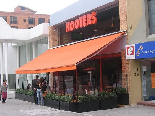 hooters-bogota-2