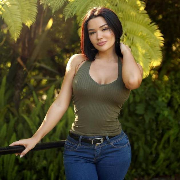 Hot Latina In Jeans